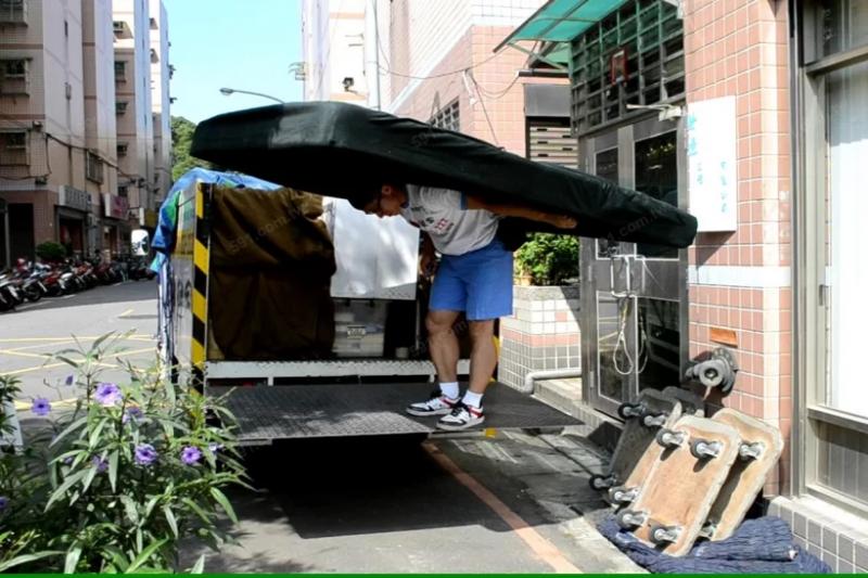 大型家具由專業人員搬運比較好,才能減少不必要的碰撞及毀損。(圖/591房屋交易網,康福搬家貨運提供提供)