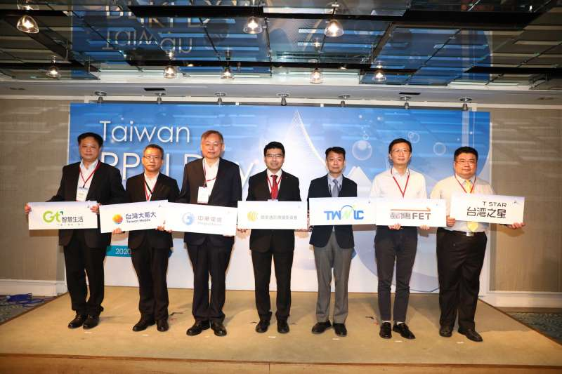 NCC委員鄧惟中與TWNIC董事長黃勝雄攜手五大電信業者共同見證RPKI計畫正式邁入第二階段。(圖/TWNIC提供)