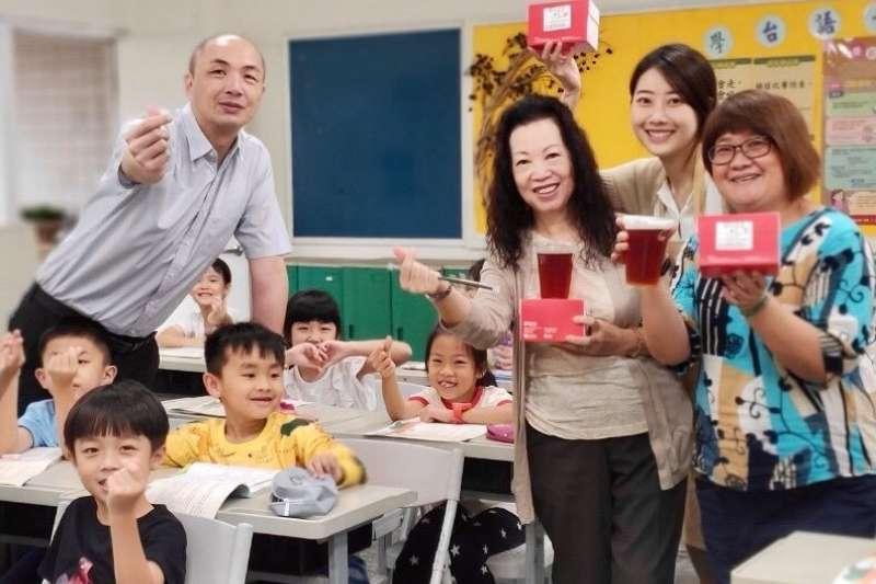 網路紅人「慢式花藝主理人Mandy」帶領老師們製作超療癒花束,讓老師開心又難忘。(圖/新北市萬里國小提供)