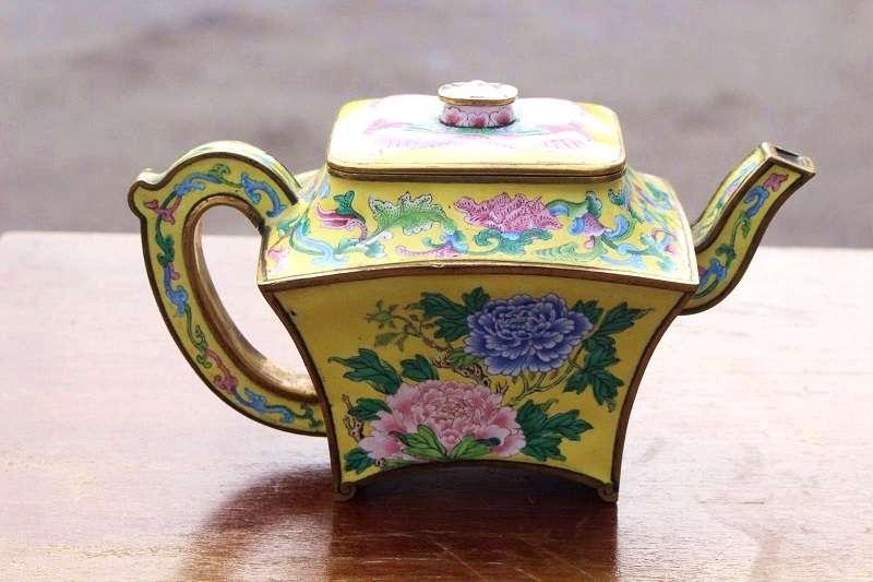 今年一名51歲的英國男子疫情期間宅在家裏,竟然在車庫中發現這件家人一直稱作小茶壺的東西,其實是乾隆皇帝宮中使用過的酒壺!(圖/Twitter@HansonsAuctions)