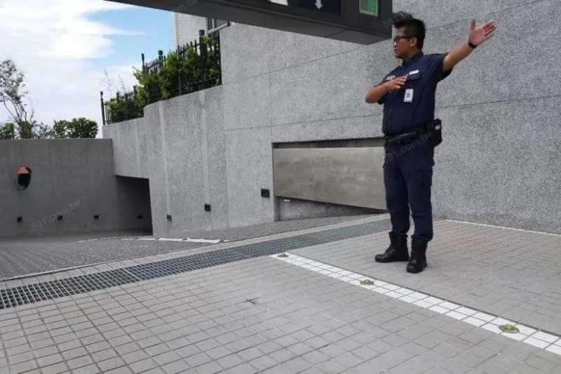 保全工作範圍無所不包,像是交通指揮與停車場管理等事項。(圖/591房屋交易網提供)