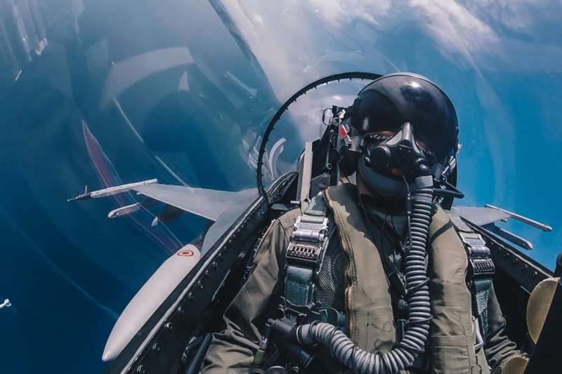 解放軍挑釁海峽中線,我空軍加強戰備巡弋台海。(翻攝自國防部發言人臉書)