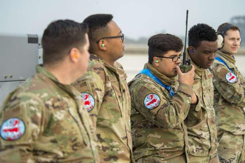 2020年9月15日,一位美國空軍士兵正在加州穆古角海軍航空站(Naval Air Station Point Mugu)使用無線電溝通。參與這次演練的美軍都在制服掛上特製臂章,上頭除了MQ-9、還有一個紅色中國底圖。(美國空軍雜誌)