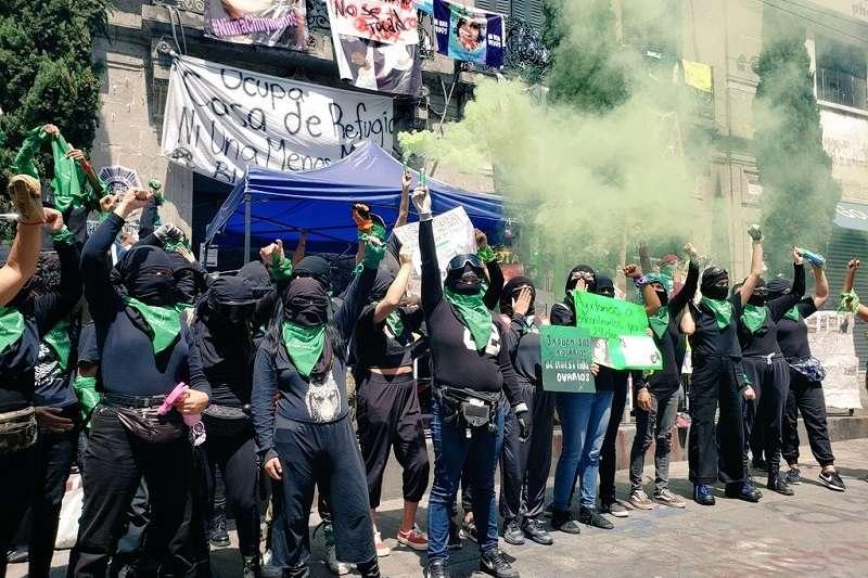 為響應一年一度的「國際安全墮胎日」,墨西哥數以百計女性今天湧入首都墨西哥市街頭,要求全國墮胎合法化。(圖/twitter@natsinats_)