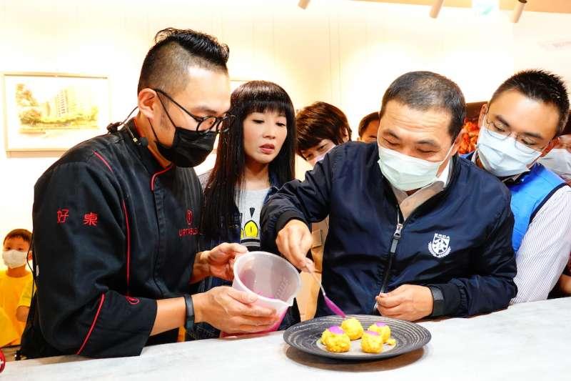 新北市長侯友宜與作家主廚馬可老師示範用在地農漁產品製作地中海料理。(圖/新北市立圖書館提供)
