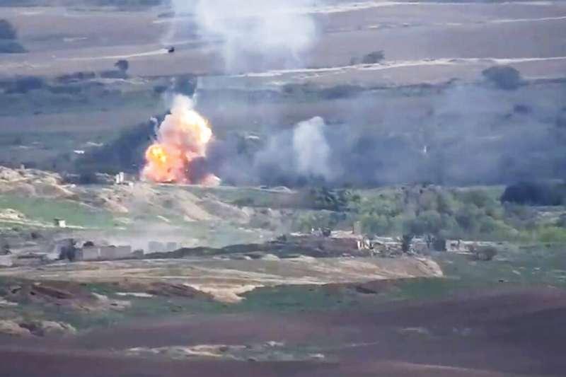 亞塞拜然與鄰國亞美尼亞發生軍事衝突。亞美尼亞軍隊公開交火畫面。(AP)
