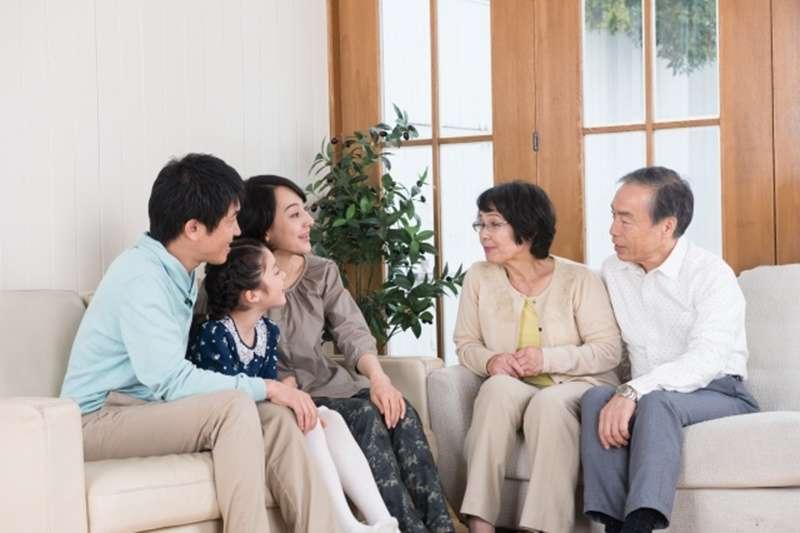 買房後該接父母一起來住嗎?(示意圖/photoAC)