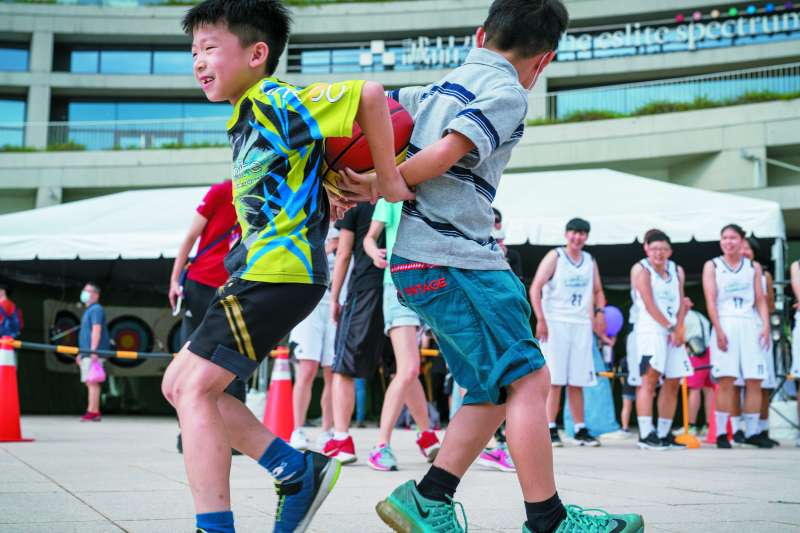 小朋友參加背對背夾球趣味競賽,玩得非常開心。(圖/台電公司提供)