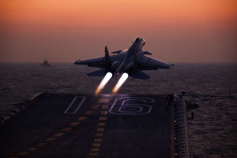 前國安局副局長陳文凡在美演講指2019是中國解決「台灣問題」的最後期限。圖為遼寧艦的艦載機殲-15正在進行夜間起飛演練。(中國軍網)