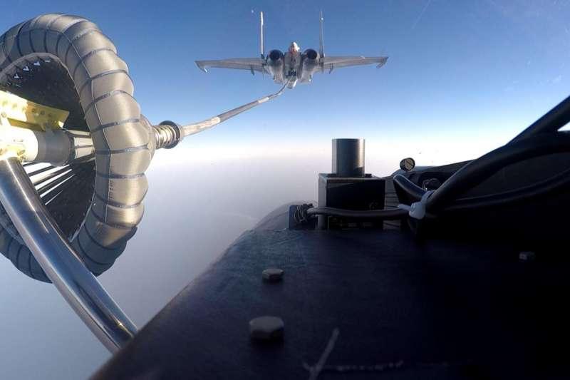 解放軍。殲-15正在進行空中加油訓練。(中國軍網)
