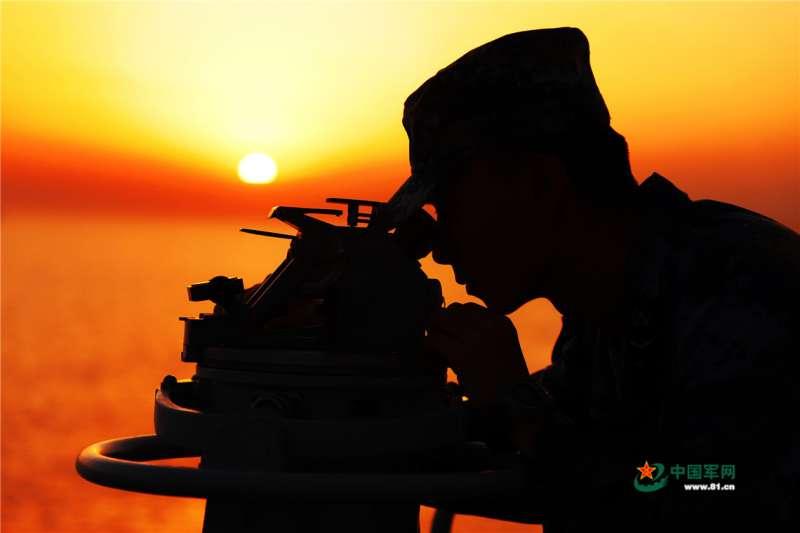 作者希望藉美軍效忠憲法、中國解放軍效忠共產黨,去思考台灣國軍屬民主領導或共黨式的領導。(中國軍網)