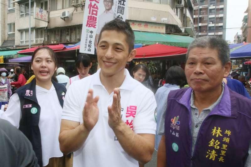 民進黨智庫副執行長吳怡農(右二)被發現進入校園時,在室內群聚活動沒戴口罩,也沒維持社交距離。(資料照,柯承惠攝)
