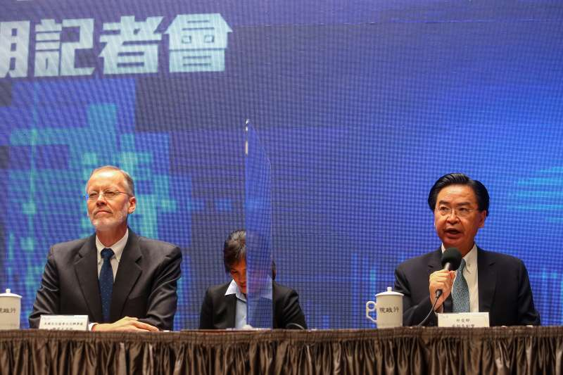 20200930-外交部長吳釗燮(右)、AIT美國在台協會處長酈英傑(左)30日召開「台美基礎建設融資及市場建立合作架構說明記者會」。(顏麟宇攝)