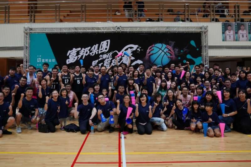 富邦長期支持體育發展,透過集團員工籃球賽的舉辦,凝聚員工向心力,帶動運動風氣,實踐正向的力量品牌精神。(圖/富邦金控提供)