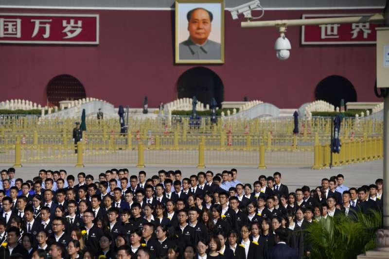 中國9月30日烈士紀念日,民眾聚集在天安門廣場致敬。(AP)