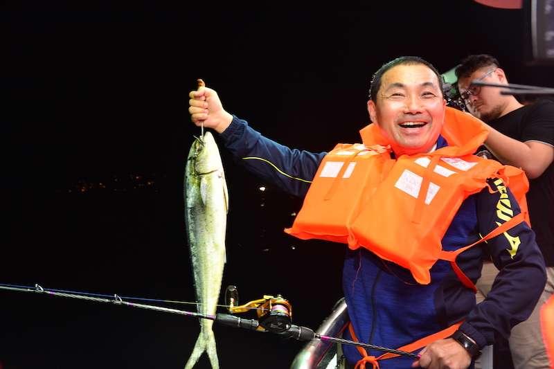 新北市長侯友宜邀請民眾體驗最棒的船釣樂趣。(圖/新北市農業局漁業處提供)