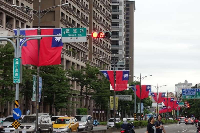 今年道路插掛的國旗採用8號(240cm160cm)國旗,垂直方式懸掛。(圖/新北市民政局提供)