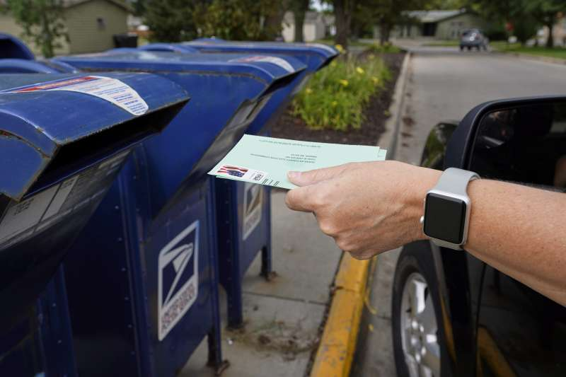 2020年美國總統大選,許多選民選擇郵寄投票(mail-in voting),引發選務爭議(AP)