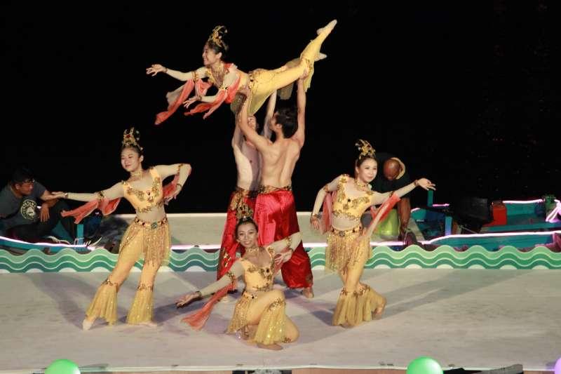萬年季首創於清水宮前舉辦「光耀蓮潭水路展演」,結合飛行船、燈光秀以及水上舞蹈。(圖/高雄市民政局提供)
