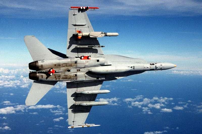 我軍機如掛載魚叉增程型遠距攻陸飛彈(機翼上),可殲敵於對岸。(翻攝自維基百科)