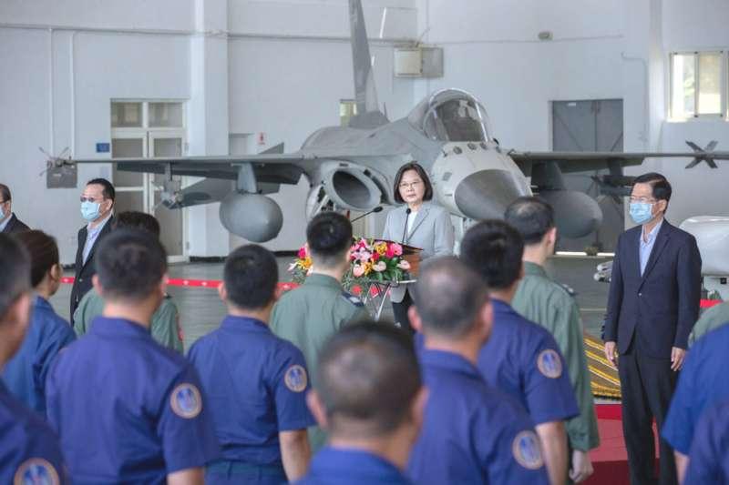 台海局勢緊張,蔡總統前往澎湖視察空軍天駒部隊,為官兵加油打氣。(總統府提供)