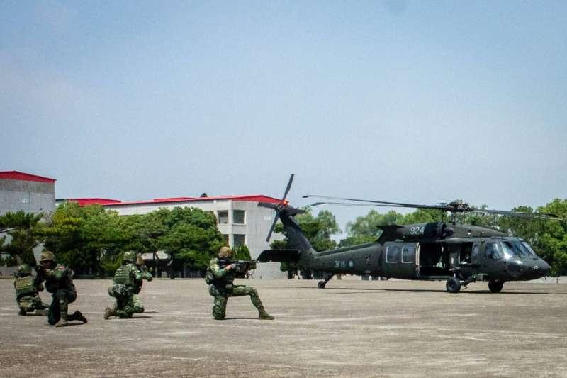 陸軍司令部臉書今(30)天發文披露,所屬特指部所屬官兵日前搭乘黑鷹直升機執行空中突擊作戰演練。(取自中華民國陸軍臉書)