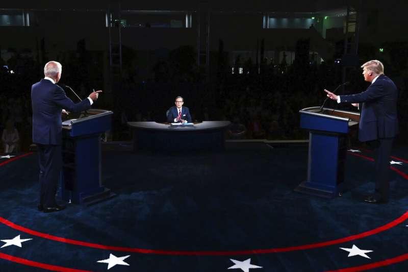 在首場電視辯論中激烈交鋒的拜登與川普。(美聯社)