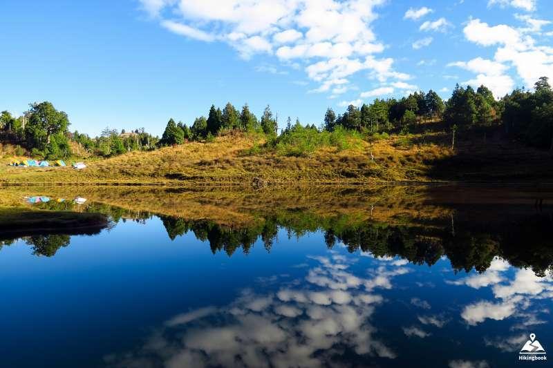 美麗的山景倒映在加羅湖湖面上(圖/hikingbook.ig@instagram提供)