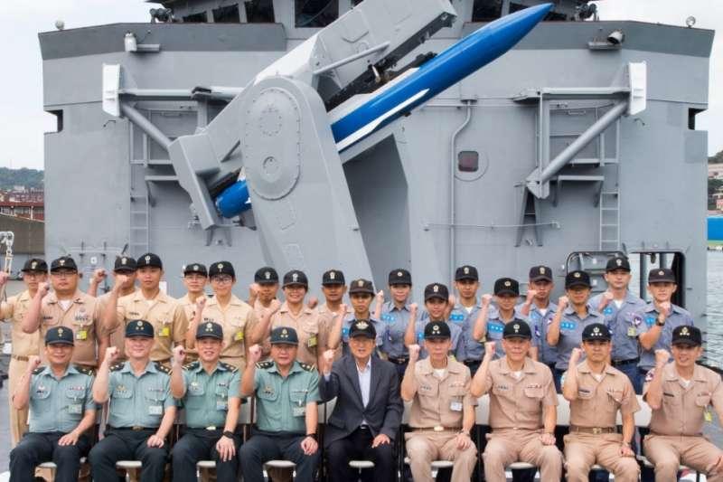 國防部長嚴德發視導海軍131艦隊,後方的飛彈是標一防空飛彈訓練彈。(軍聞社)