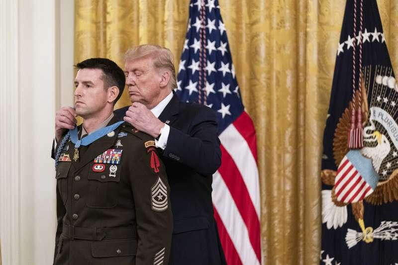 美國總統川普(右起)將美軍最高榮譽的「榮譽勳章」頒給陸軍士官長佩恩,旨在表彰其及其團隊在2015年,從被伊斯蘭國手中救出至少70名人質。而佩恩據信更具有三角洲部隊身分。(取自白宮Flickr)