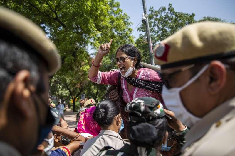印度日前發生賤民(Dalits)階級女性遭輪姦致死案件,怒火延燒全國,走上街頭要求嚴懲性侵犯。強暴(AP)