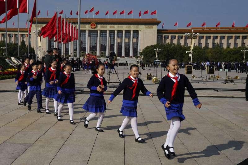 在天安門廣場列隊前進的中國兒童。(美聯社)