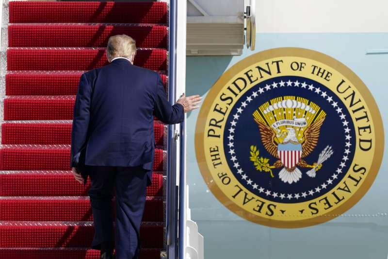 正準備登上「空軍一號」的美國總統川普。(資料照,美聯社)