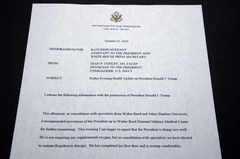 2020年10月2日,白宮御醫康利(Sean P. Conley)對川普總統新冠肺炎疫情發布聲明(AP)
