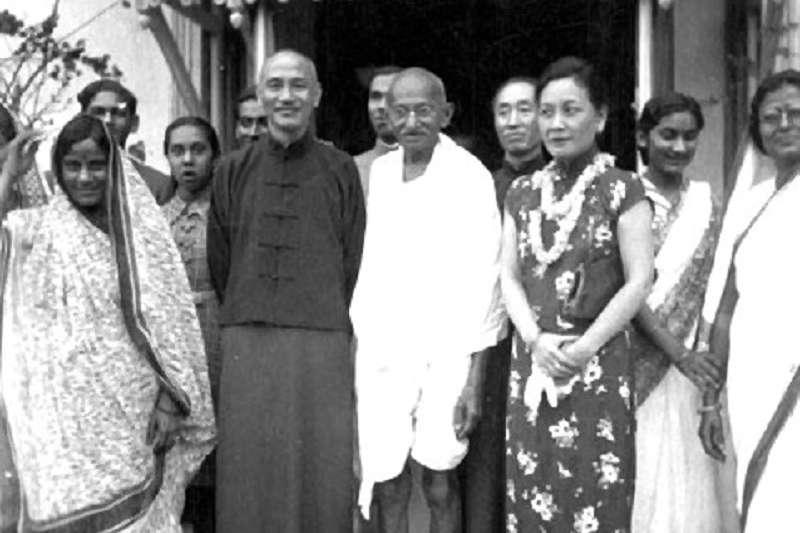 1942年2月10日,蔣介石與宋美齡訪問印度,受到東道主聖雄甘地於他的住所前歡迎。(維基百科)