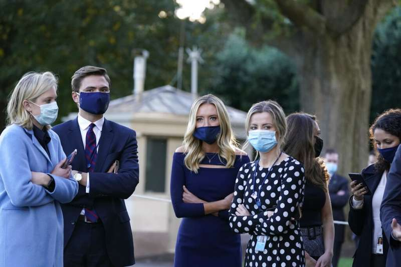 川普確定染疫後,包括白宮發言人麥肯內尼(Kayleigh McEnany,左三)在內的所有白宮工作人員都戴上了口罩。(美聯社)