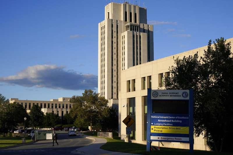 川普搭乘陸戰隊一號從白宮起飛,前往華特・里德國家軍事醫學中心住院。 (美聯社)