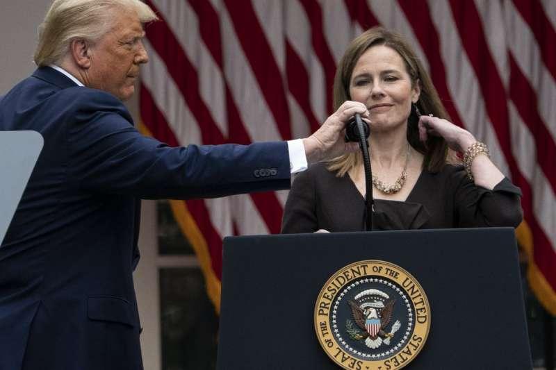 美國總統川普9月26日在白宮慶祝提名聯邦最高法院大法官人選巴雷特。(AP)