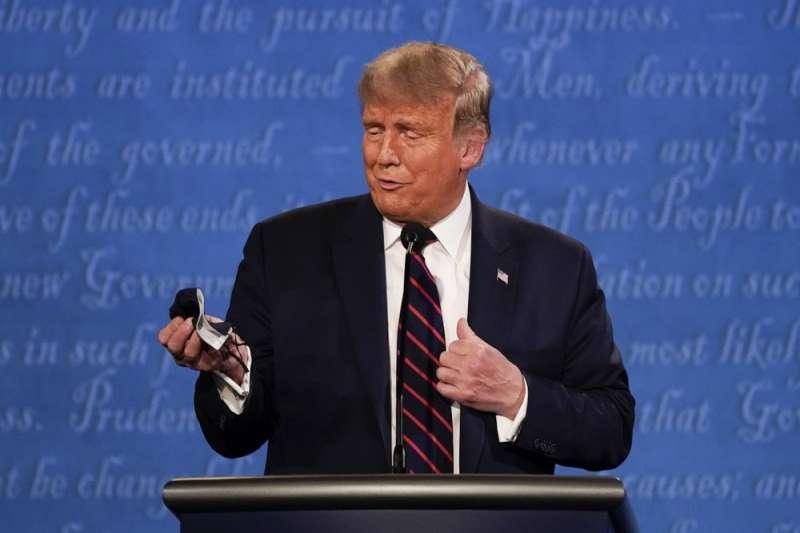 9月29日,美國總統候選人首場辯論會上,川普極力嘲諷民主黨候選人拜登總是戴著口罩。(AP)