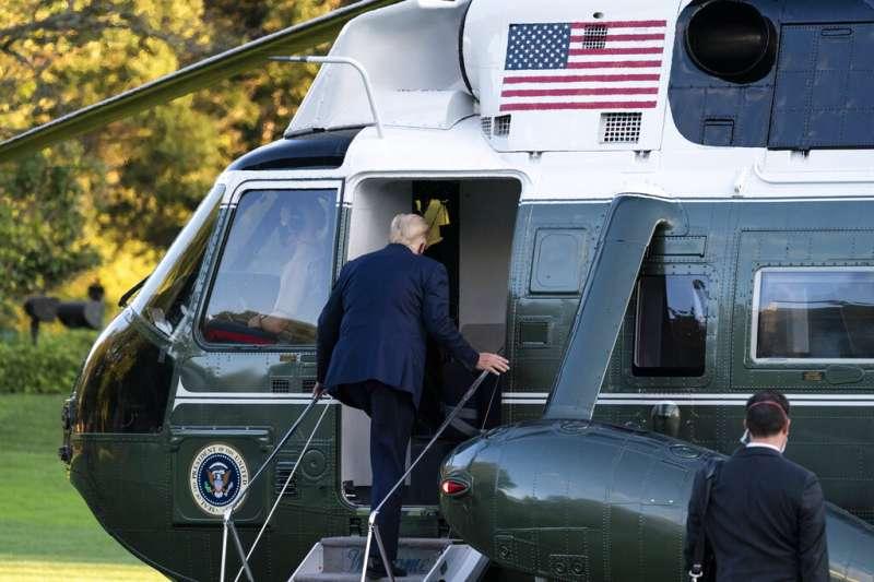 10月2日,美國總統川普在公布確診新冠肺炎之後首度現身,搭乘直升機就醫。(AP)