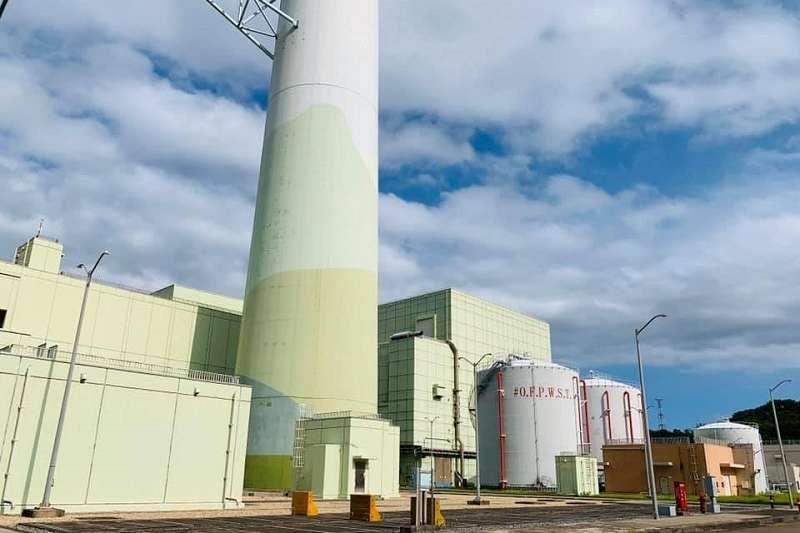 共同排氣塔後就是,輔助燃料廠房,它可以放置二部機組用過的燃料,25年!原則上,用過的燃料,先在反應器廠房存15年,再移到這個廠房!所以,40年之內,不必考慮燃料儲存的問題!(王伯輝提供)