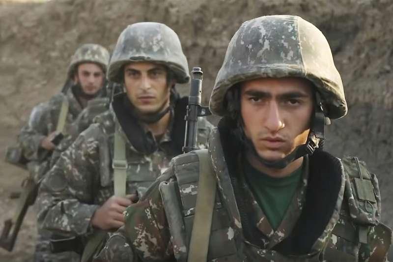 亞美尼亞與亞塞拜然為納哥諾卡拉巴克(納卡)交火,圖為亞美尼亞軍人(AP)