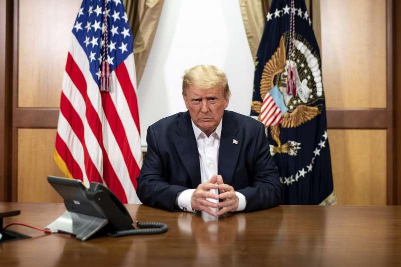 2020年10月4日,罹患新冠肺炎的美國總統川普,在華特.里德國家軍事醫學中心住院期間,與部屬進行電話會議(AP)