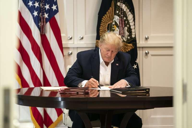 2020年10月3日,罹患新冠肺炎的美國總統川普在華特.里德國家軍事醫學中心內辦公(AP)