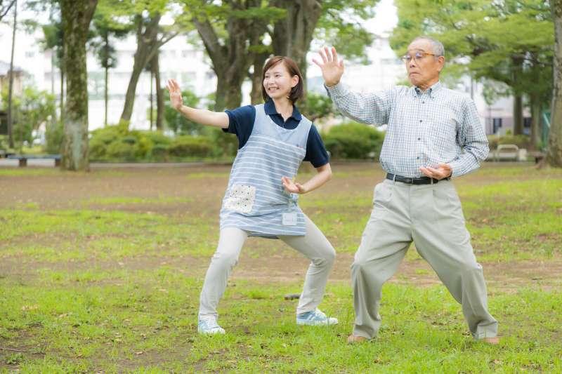 藉由適度運動排毒,讓熟齡者增強肌力、更能夠維持健康。(示意圖非本人/すしぱく@pakutaso)