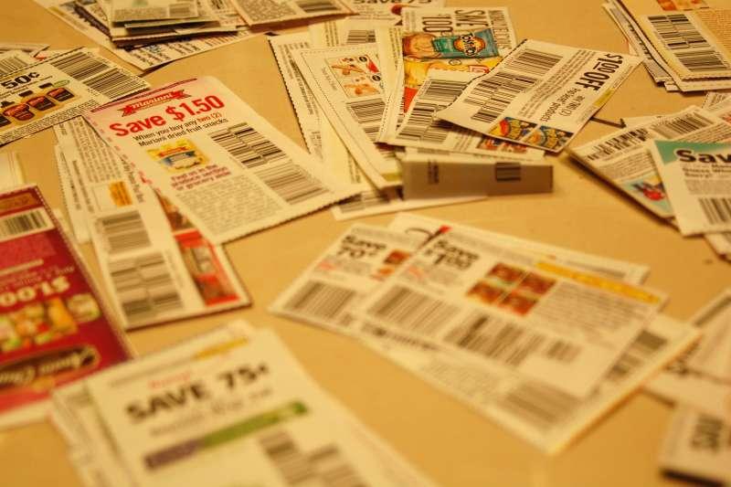 許多商家都會發放折價券給顧客,但為什麼上面總是有「滿額限制」、「限購特定商品」的設計呢?(圖/取自flickr)