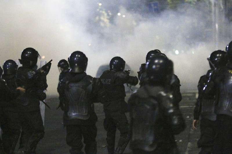 5日,吉爾吉斯警方動用閃光彈與催淚瓦斯等驅散示威者(美聯社)