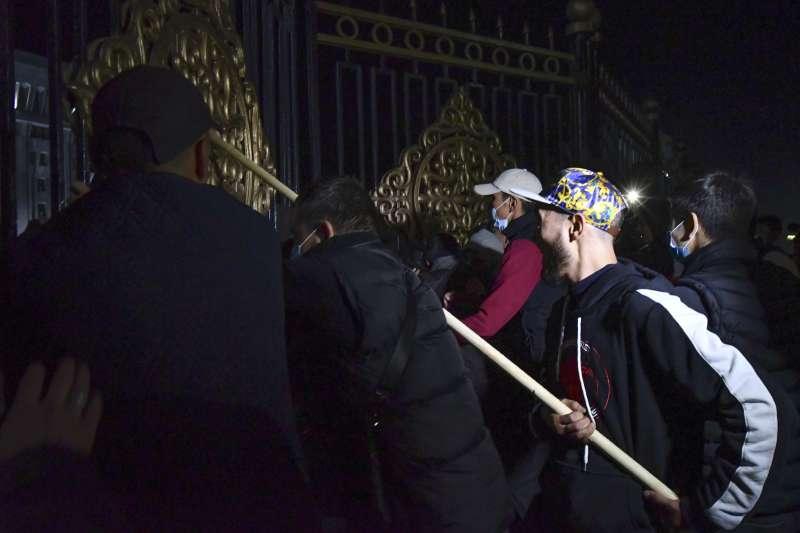 6日凌晨,吉爾吉斯示威者成功衝進政府大樓(美聯社)