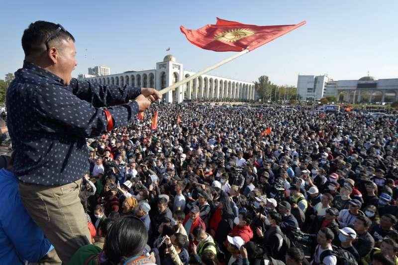 吉爾吉斯數千人5日在首都比什凱克示威,抗議4日國會大選結果(美聯社)