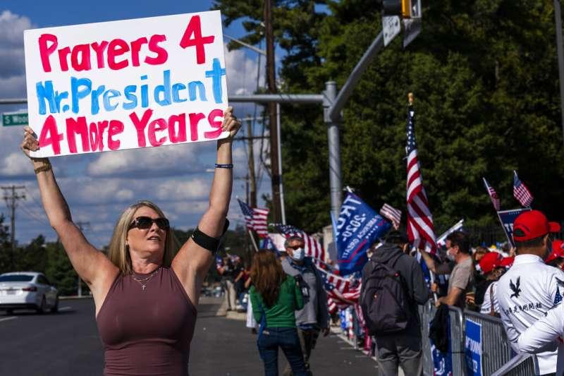 川普的支持者在華特・里德醫學中心外高舉標語,希望川普再做四年美國總統。(美聯社)